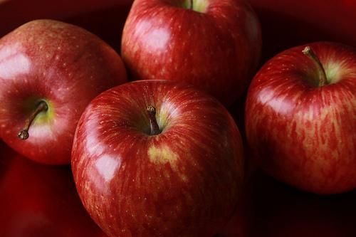 Una mela al giorno leva il medico di torno: tutti i benefici delle