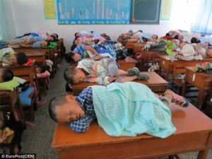 bambini cina banchi di scola