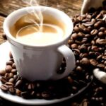 Bere il caffè appena svegli non fa bene, ecco gli orari giusti in cui consumarlo