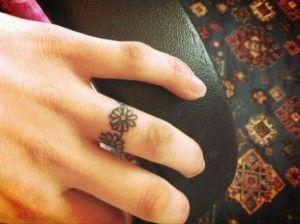 anello-di-fiori-sul-dito