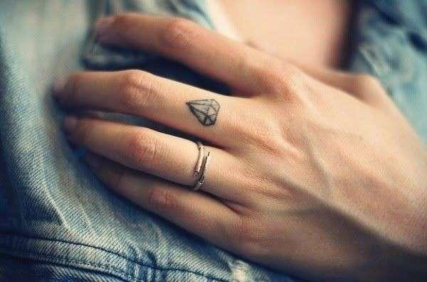 diamante-tatuato-sul-dito