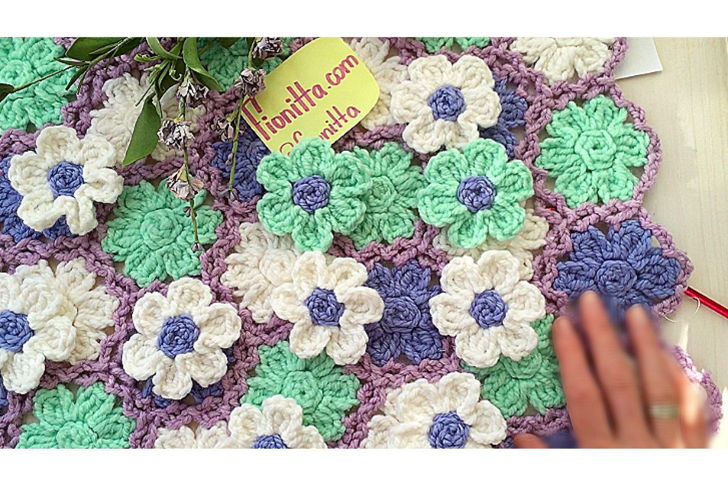 Un bellissimo cuscino, tappeto o copriletto fiorato fai da ...