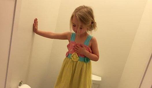 La-bambina-di-3-anni-che-sale-sulla-tazza-del-water-nascondendo-un-segreto-choc