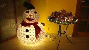 pupazzo-neve-con-bicchieri-plastica